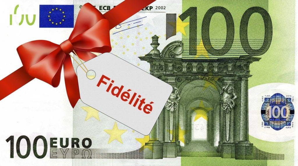 100 Euroschein mit rotem Band und Schleife mit Label